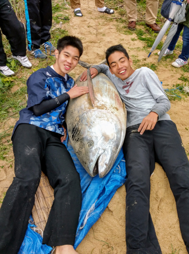 Boys catch big bluefin tuna with bare hands